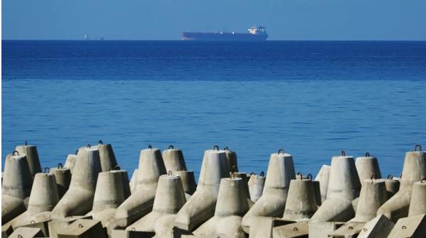 На российском танкере в Азовском море прогремели взрывы