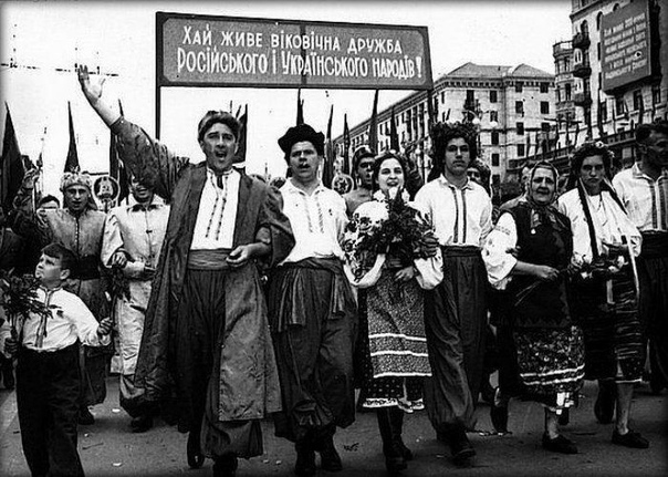 Как жилось в советской Украине По выплавке чугуна к 1958 году советская Украина обошла все страны Европы, а по производству его на душу населения ещё к 1957 году опередила все капиталистические