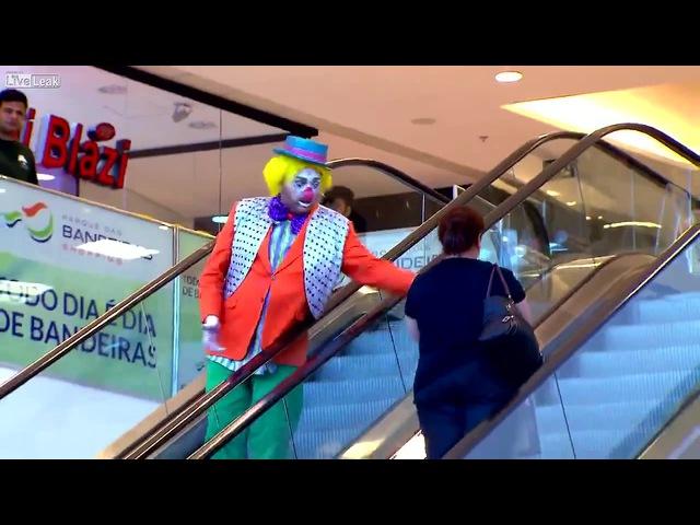 Гифка клоун на эскалаторе