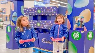 Камила и Амалия гуляют и делают шоппинг в Walmart магазине