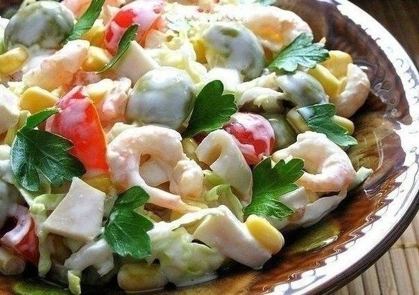 """""""Салат с креветками, кальмарами, оливками и кукурузой"""""""