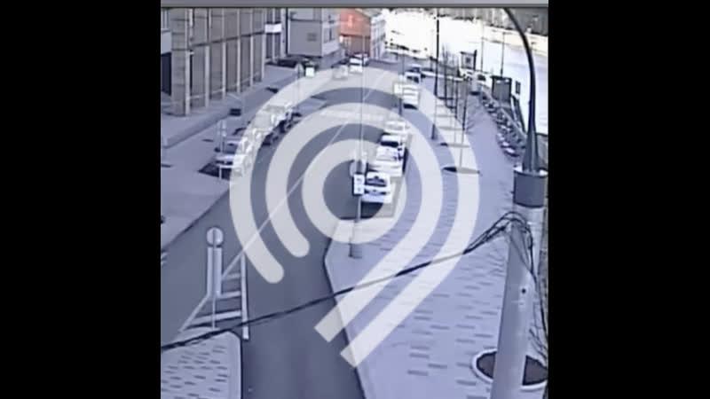 Дептранс опубликовал видео как в Москву реку на Пречистенской набережной упал автомобиль