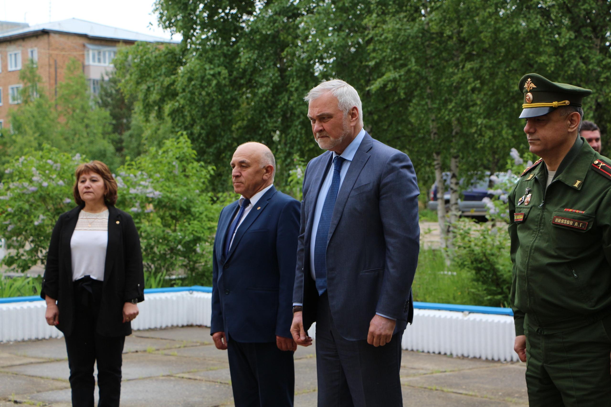 Владимир Уйба и Николай Жилин почтили память погибших в Великой Отечественной войне
