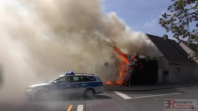 [AUSGEDEHNTER HECKENBRAND] - Wohnhaus in Gefahr   Vollbrand   Feuerwehr Neuss -