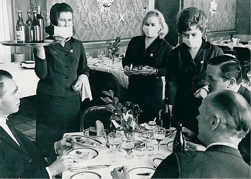 Ресторан гостиницы «Националь», Москва, 1969 год. Официантки в масках, т.к. в ми...