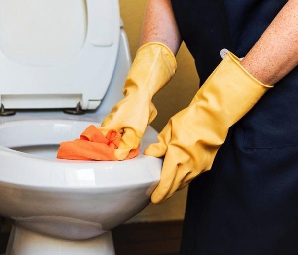 Советы по очищению туалета 1. Пятипроцентный уксус с лимонной кислотой для профилактической уборки.2. Для более детальной уборки посыпаем унитаз содой, а сверху брызгаем уксусом с лимоном. Все