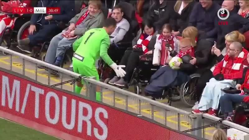 🚩 Дудек поймал мяч от парня в коляске и сорвал овации «Энфилда» во время ремейка стамбульского финала