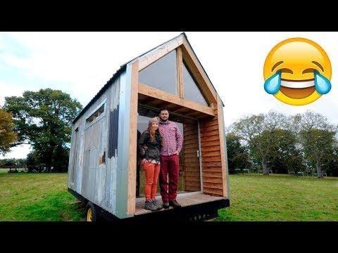 Соседи смеялись с их маленького домика, но когда они туда зашли, у них волосы встали дыбом...