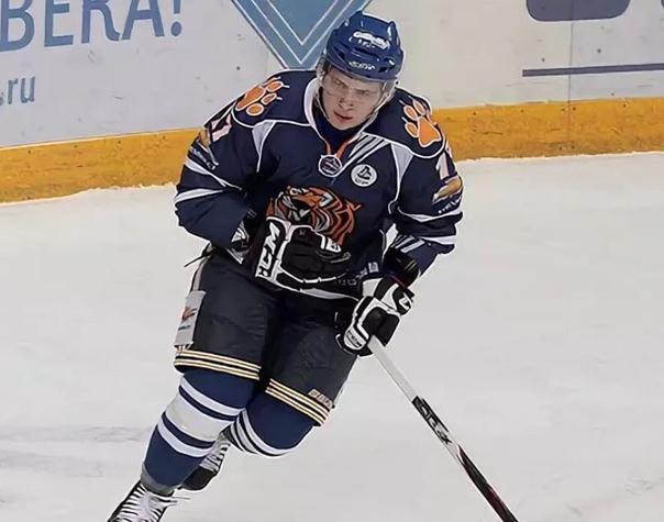 последней игорь ишаев хоккеист фото окрашен светло-синий