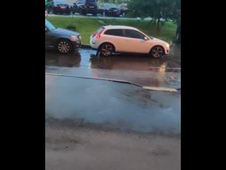 девушка въехала задом в припаркованный авто..