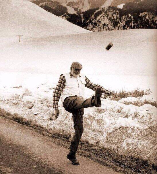Почему победитель не получает ничего Хемингуэй, спасая раненого итальянского снайпера, попал под огонь австрийских пулемётов и минометов. В госпитале из него вынули 26 осколков. Простреленную