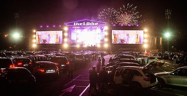 Звёзды «Русского Радио» впервые спели на сцене «Лужников» перед зрителями в авто
