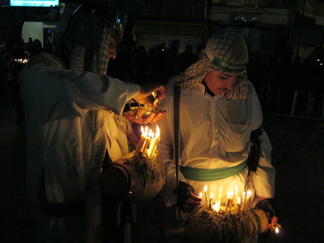 Жгут свечи на фестивале Ашура в Куме