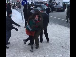 Провокатор (титушка) толкает девушку на полицейского. Митинг. Казань  Акция Навального