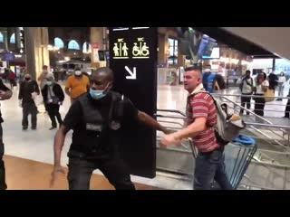 Gare du Nord, un touriste Russe violemment agressé par une bande de voleurs.