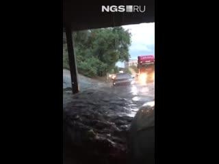 Автомобили буквально плавают на дорогах
