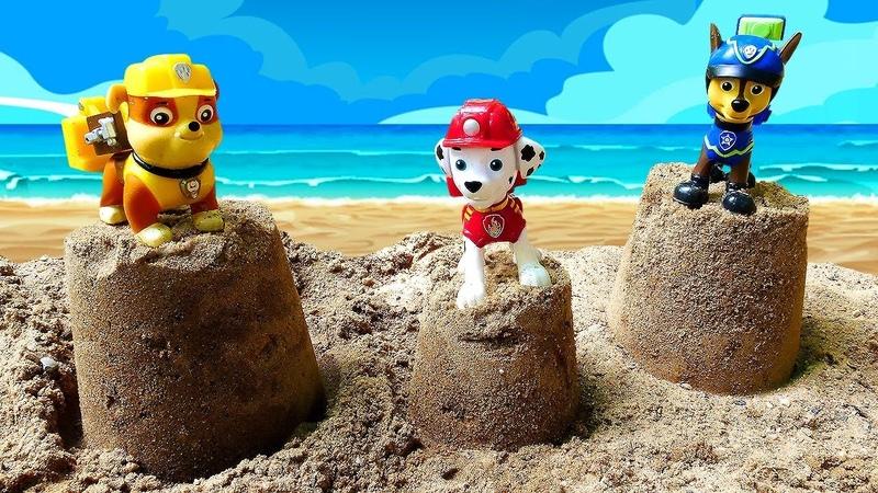 Paw Patrol oyuncakları kumdan kule yapıyorlar Kum oyunları