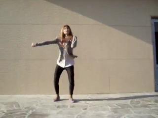 Челкастая   танцует тиктоник