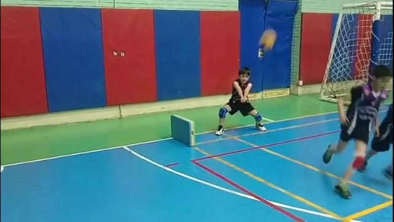 Тренировка маленького волейболиста