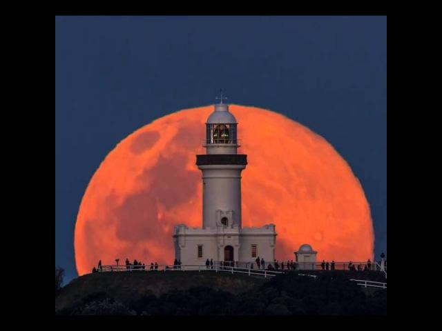 Восхождение луны над маяком в городе Байрон Бей восток Австралии