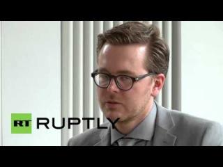 Германия: Ведущий журналист утечек Панама Документы демонстрирует книгу.