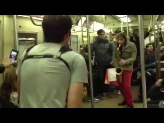 Прикольная Битва на саксофонах музыканты в метро Нью Йорка полная версия