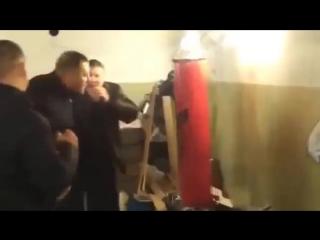 Пьяный мастер обучает товарищей искусству боя