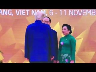Трамп нашелся: Приехал на церемонию во вьетнамской рубашке и устроил шоу.