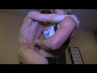 Мускулистая подруга помогла своему парню подрочить. A muscular girlfriend helped her boy masturbate