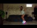Танец прекрасной девушки в светящихся кроссовках