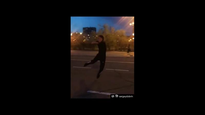 Сергей Добрин прыгает аксель в 2 5 оборота на роликах для фигуристов