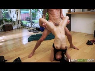 Симпатичная азиатка со стоячим сиськами занимается сексом