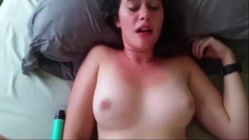 Молодую девочку трахают в бритую писю в periscope (секс порно