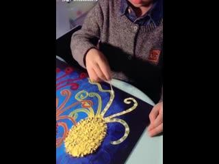 Мальчик красиво рисует цветы
