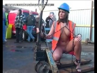 CMNF, OON, NiP – британская эксгибиционистка работает голой на глазах у дюжины рабочих