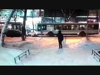 Автобус сбил мать с двумя детьми