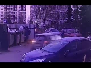 В зеленограде машина наехала на женщину с ребенком на руках.