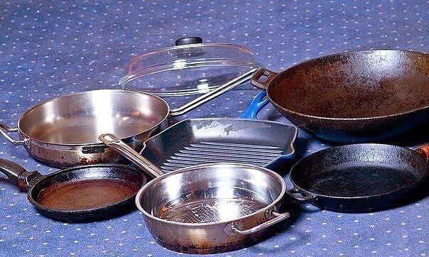 Чистим сковородки Предлагаю вашему вниманию хороший способ очистить противни или сковородки от нагара. Соединяем: - 1/2 чашки соды - 1 чайная ложка жидкости для мытья посуды - 2 столовые ложки