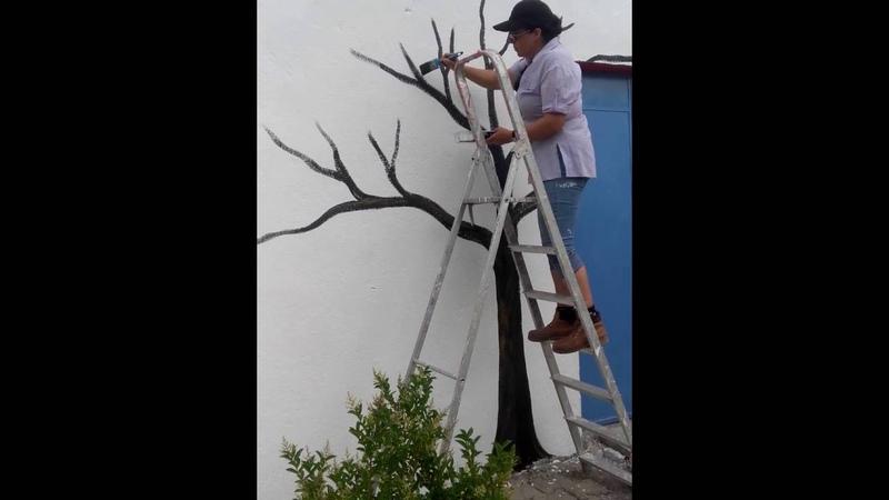 Pintando uma arvore na parede com Ana Mafalda