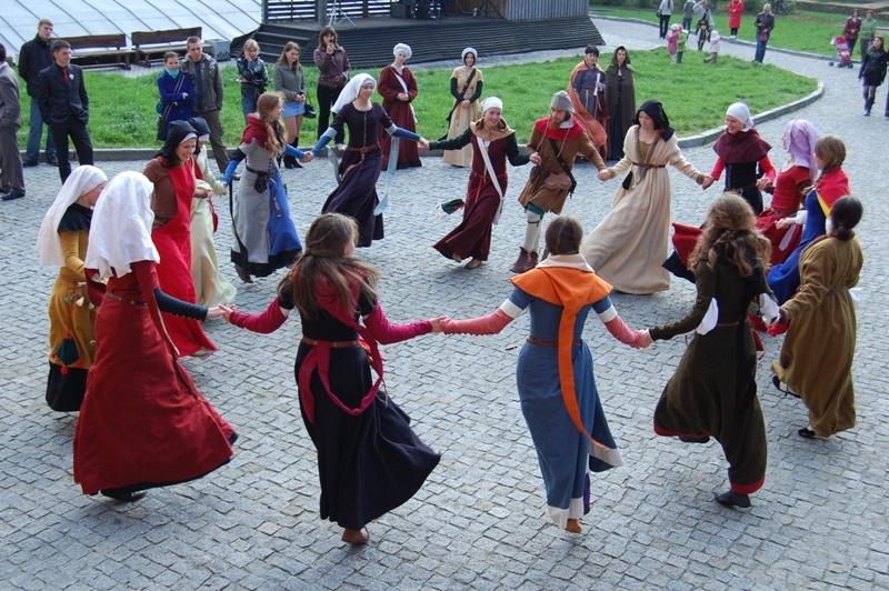Афиша Танцуем любимые танцы народов мира и пьем чай