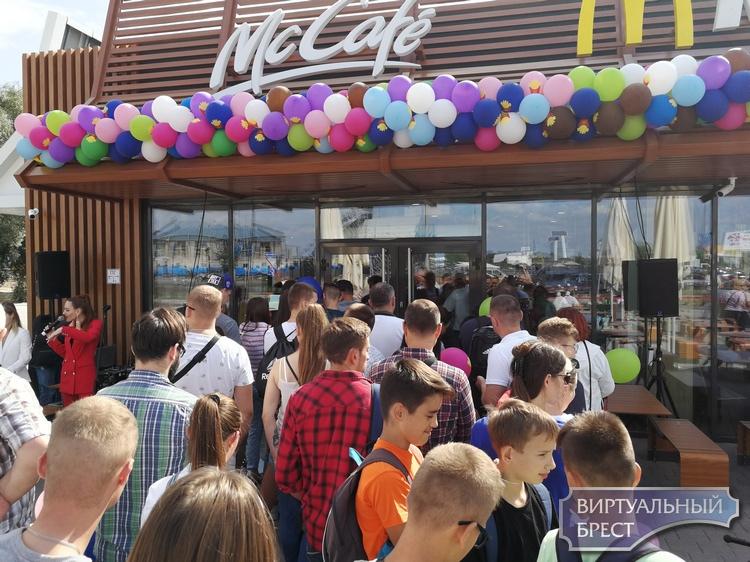 """МакДональдс на открытие вывел """"спецназ"""". Смотрите, как это было и сколько пришло гостей"""