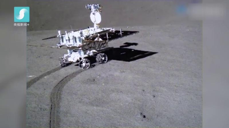 【多维新闻】嫦娥四号拍摄到的玉兔二号行驶画面