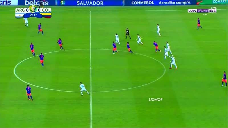 Pecho frio competindo sozinho enquanto o time da Argentina assiste parado