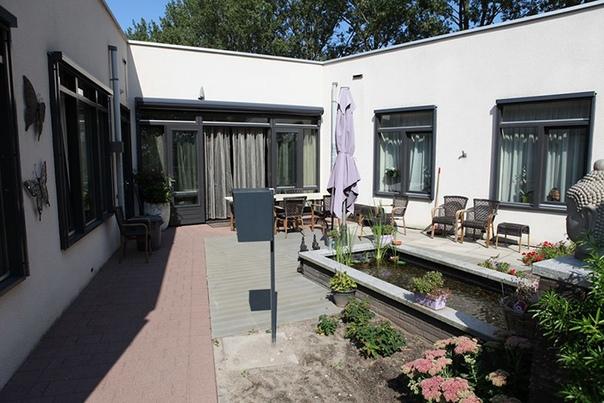 Как сегодня живёт знаменитая голландская деревня, в которой жители поголовно страдают деменцией. Городок Хогьюи, расположенный всего в 20 километрах от Амстердама, представляет собой дом