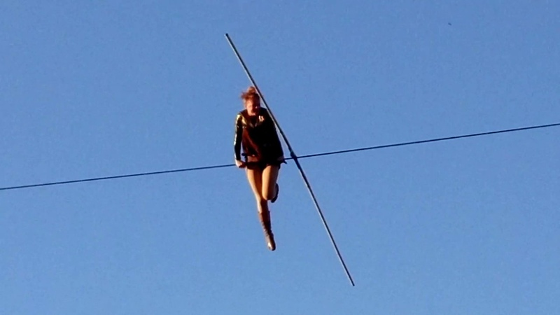 Цирк над пропастью. Канатоходка Жоан Амбле 120 м без страховки. Высота 25 м Johanne Humblet