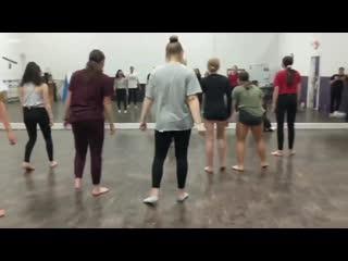 Эта малышка на уроке танцев стала мировой сенсацией. огонь.mp4
