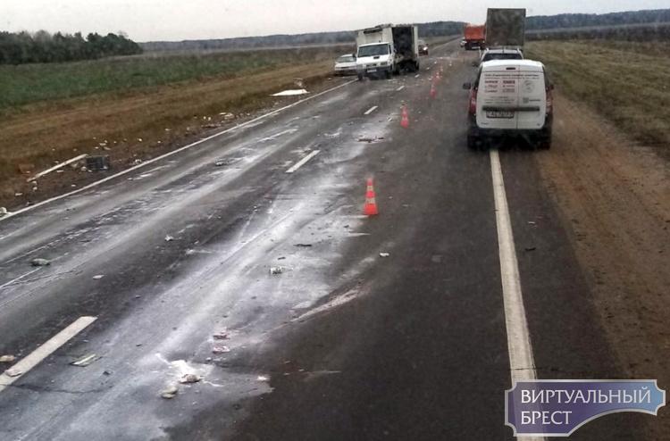 На трассе М10 из грузовика вывалился груз и размазался по дороге