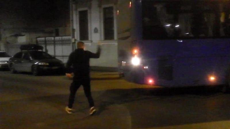 Busul armatei nu încăpea de mașini parcate ilegal - Curaj.TV