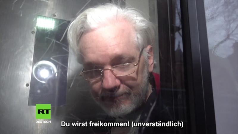 Vor laufender Kamera Aktivist spricht zu Julian Assange und übermittelt ihm wichtige Botschaft