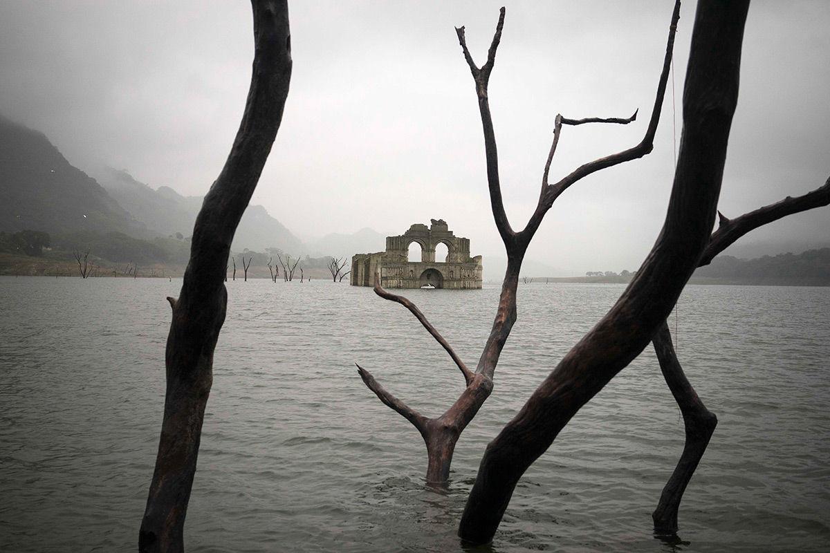 Засуха в Мексике раскрывает 400-летнюю колониальную церковь посреди водохранилища